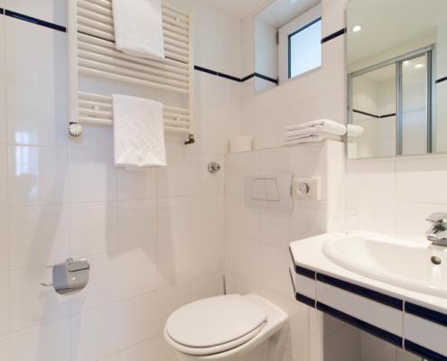 Doppelzimmer Bad Dusche WC Hotel Garni Seeblick Plön Ploen